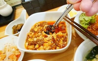 辣油を麻婆豆腐に入れる