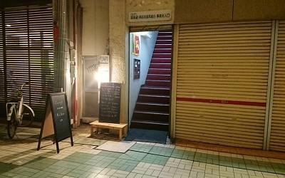 店に通じる階段