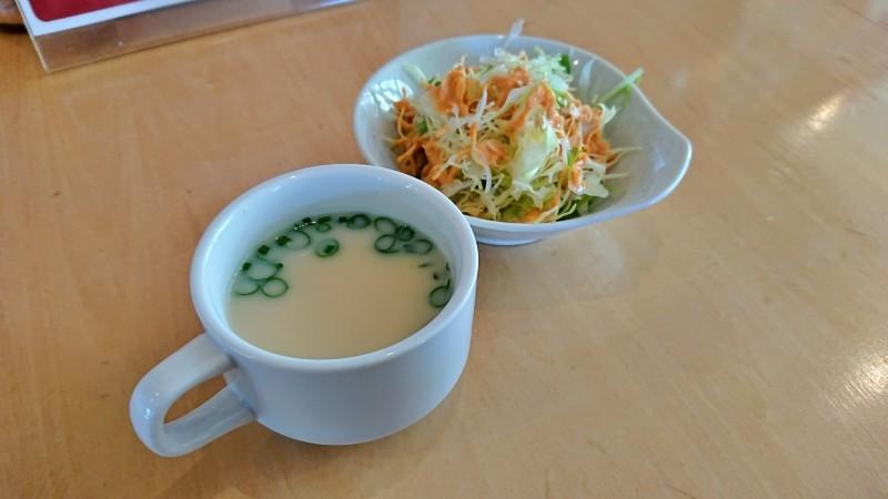 セットの野菜とスープ