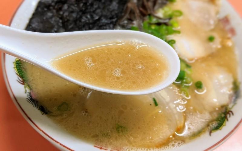 レンゲでスープをすくう