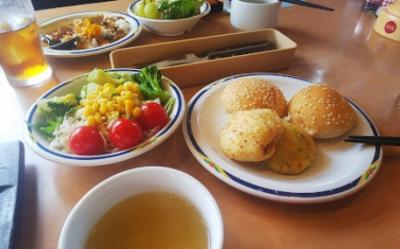 サラダバーやパン